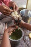 Les prêtres indous préparent le lait d'hachisch sur les ghats de la rivière de Yamuna photo stock