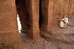 Les prêtres se sont assis dehors, Lalibela image libre de droits