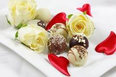 Les pralines délicieuses de chocolat avec se sont levées photographie stock libre de droits