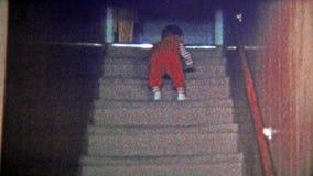 1973 : Les premiers capitaux du bébé montent l'escalier banque de vidéos