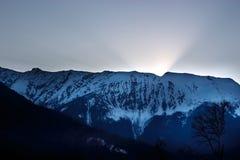 Les premiers rayons du soleil de matin dans les montagnes Images libres de droits