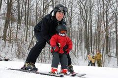 les premiers skieurs de casques calent s'user Photo stock