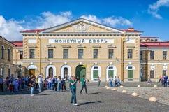 Les premiers touristes flânant près du bâtiment en bon état Photographie stock libre de droits