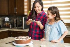 Les prenant à photo d'un gâteau ont juste fait cuire au four Images libres de droits