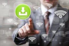 Les presses sociales d'homme d'affaires de Wifi de réseau boutonnent le signe de téléchargement Photo stock