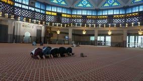 Les prières parlent dans la mosquée photos libres de droits