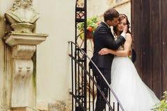 Les prises de marié attendent la position tendre de visage du ` s avec elle sur les escaliers o image libre de droits
