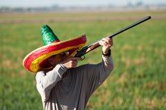 Les prises pluses âgé de chasseur de colombe visent des colombes Images stock