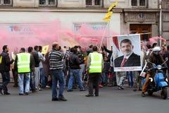 Les pro-Morsi protestataires égyptiens participent à une démonstration sur Apr.25, 2014 à Paris, des Frances. Photo stock