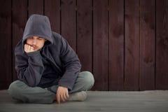 Les problèmes des adolescents, enfant triste s'asseyant dans une chambre noire pense Image libre de droits