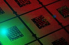Les processeurs d'ordinateur ont aligné avec le postproduction rouge et vert d'effets de la lumière image stock