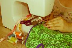 Les processus de la couture sur la machine à coudre cousent le sewi de mains du ` s de femmes Images libres de droits