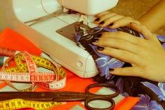 Les processus de la couture sur la machine à coudre cousent le sewi de mains du ` s de femmes Photographie stock libre de droits