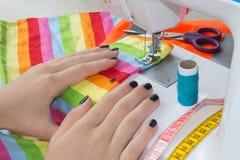 Les processus de la couture sur la machine à coudre cousent la machine à coudre de mains du ` s de femmes Tailleur féminin fileta Images stock