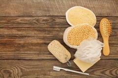Les produits d'hygiène savonnent, peignent, épongent, brosse à dents, pierre ponce photos libres de droits