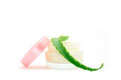 Les produits de beauté écrèment avec l'aloès vera Photo libre de droits