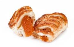 Les produits de boulangerie et de pâtisserie avec le fruit naturel bloquent sur un CCB blanc Image stock