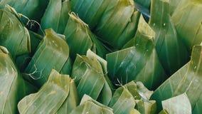Les produits enveloppés dans des feuilles de banane se ferment vers le haut de la vue banque de vidéos