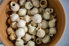 Les produits faits d'argile sont de petites cruches décoratives images stock