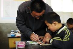 Les professeurs en conseillant des étudiants apprennent Photo libre de droits