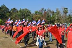 Les professeurs et les étudiants marchent le défilé images libres de droits