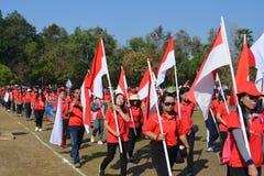 Les professeurs et les étudiants marchent le défilé images stock