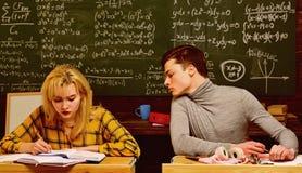 Les professeurs savent les choses qui rendent des ?tudiants curieux Le soutien scolaire est la mani?re que vous expliquez l'infor photos libres de droits