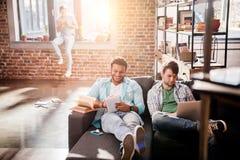 Les professionnels travaillant aux affaires nouvelles projettent avec l'ordinateur portable dans le bureau de petite entreprise Photographie stock libre de droits