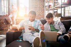 Les professionnels travaillant aux affaires nouvelles projettent avec l'ordinateur portable dans le bureau de petite entreprise Photographie stock