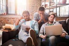 Les professionnels travaillant aux affaires nouvelles projettent avec l'ordinateur portable dans le bureau de petite entreprise Photos libres de droits