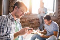 Les professionnels travaillant aux affaires nouvelles projettent dans le bureau de petite entreprise Photo libre de droits