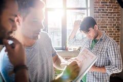 Les professionnels travaillant aux affaires nouvelles projettent dans le bureau de petite entreprise Photos libres de droits