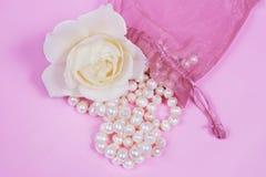 Les programmes de perle de charme et le blanc se sont levés Photo stock