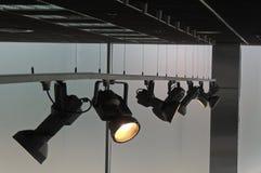 Les projecteurs mobiles d'accent sur le système à rails illumine le studio Photographie stock