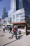 Les promenades d'homme par la magazine se tiennent près de Columbus Circle à Manhattan, New York City, New York Photo stock