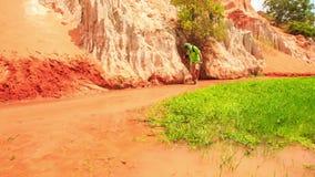 Les promenades de touristes dans le Fée-courant examine le fond par l'herbe verte banque de vidéos