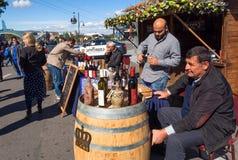 Les propriétaires des sociétés privées de vin présentent leur vin pour goûter au festival Photo stock