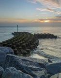 Les protections côtières à Ipswich au lever de soleil Photographie stock libre de droits