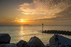 Les protections côtières à Ipswich au lever de soleil Photos libres de droits