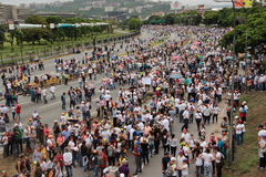 Les protestataires anti-gouvernement ont fermé une route à Caracas, Venezuela photos stock