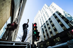 Les protestataires avec le klaxon sur la structure joue un cri de guerre Photos libres de droits