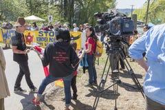 Les protestataires contre l'étape d'expansion de canalisation de Kinder Morgan protestent dans Burnaby, AVANT JÉSUS CHRIST photos libres de droits