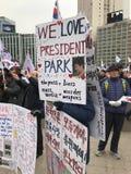 Les protestataires défendent le Président Park Photo libre de droits