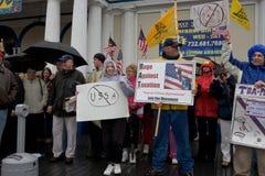 Les protestataires d'impôts et signe dedans la pluie Photos libres de droits