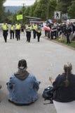 Les protestataires de Kinder Morgan regardent dessus pendant que la police vient pour les arrêter images libres de droits