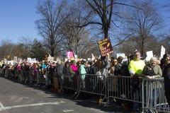 Les protestataires en dehors de l'atout dominent le jour du ` s de président Images libres de droits