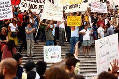 Les protestataires envahissent l'escalier du parlement Photo stock