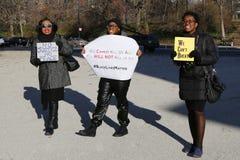 Les protestataires marchent contre la brutalité de police et la décision du grand jury sur le cas d'Eric Garner sur la plaza gran Photographie stock