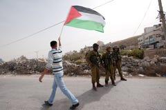 Les protestataires palestiniens confrontent les soldats israéliens Images stock