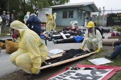 Les protestataires présentent une matrice dedans à la ferme de réservoir de Kinder Morgan sur la montagne de Burnaby photos stock